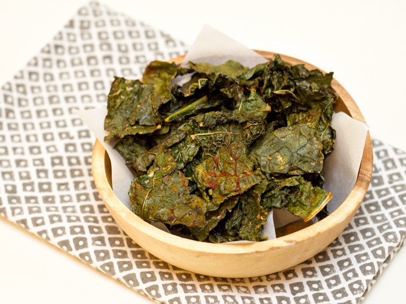 Sarah Hearts - Easy Sriracha Kale Chips Recipe
