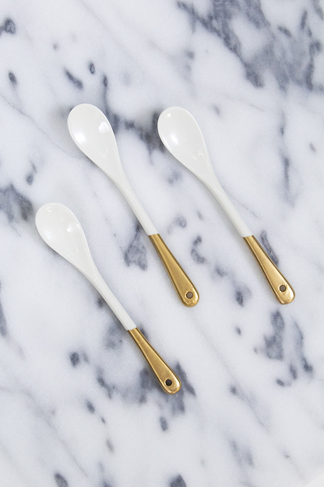 Love the gold and white trend? Then you'll want to make a set of mini gold dipped porcelain spoons. (Click through for video tutorial)